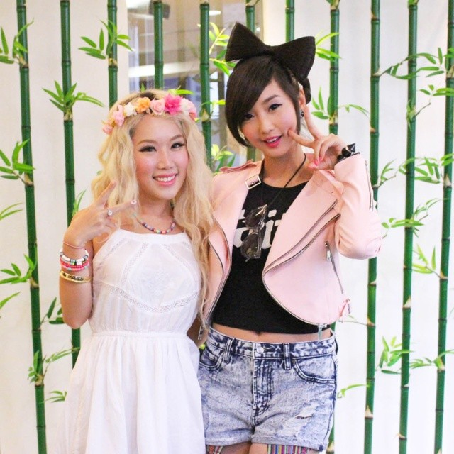@xiaxue and @alodiaalmira posing for the camera at the YouTube FanFest press conference yesterday! More pics on scene.sg #youtubefanfest #YTFF @youtubefanfest