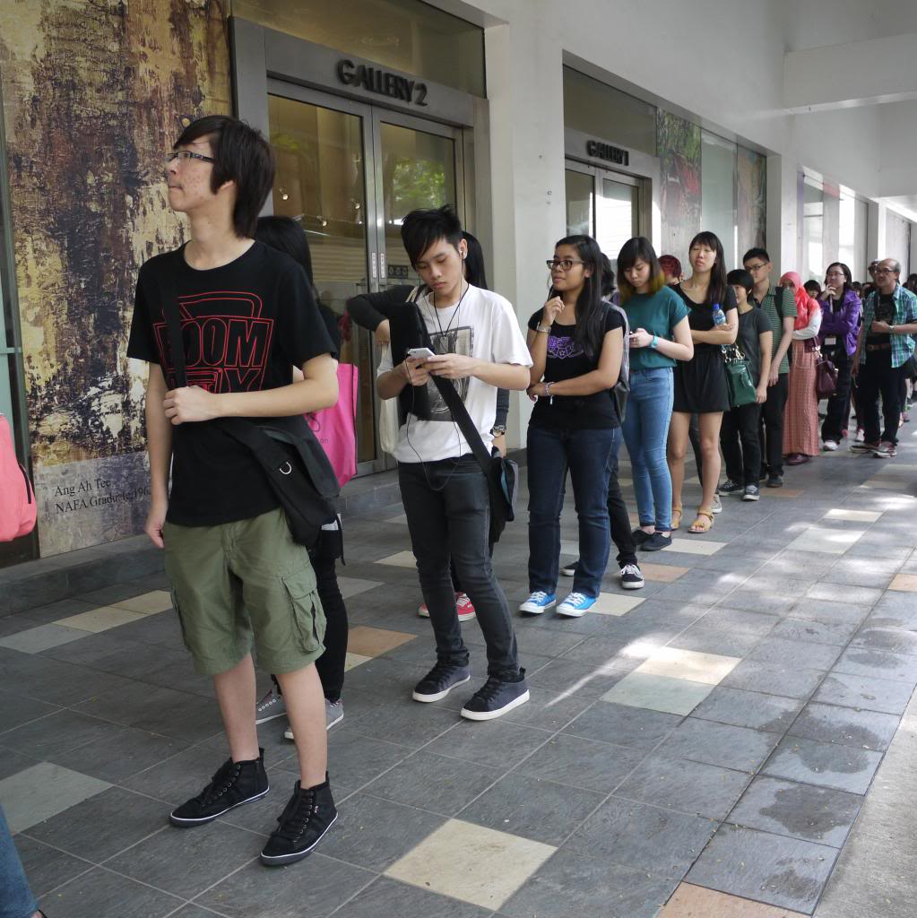 Singaporeans Queue