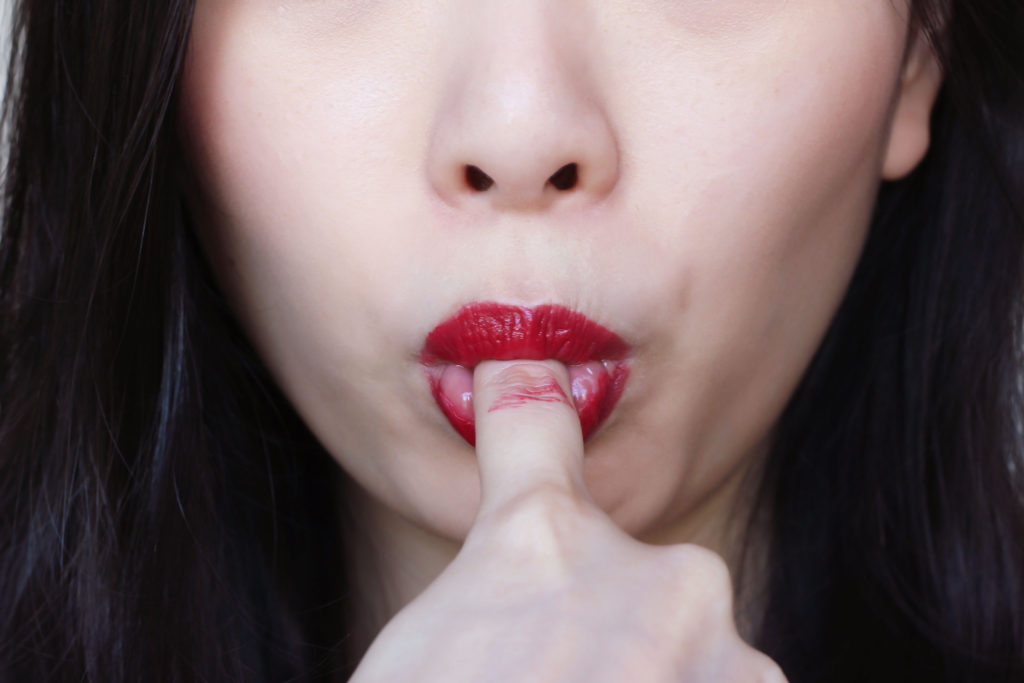 lipstick-hacks-finger-in-mouth